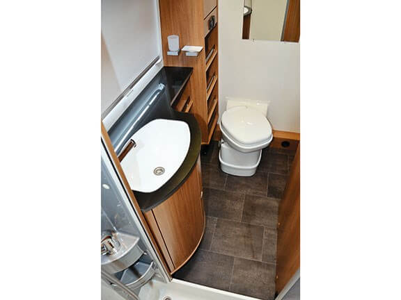 קראוון עם מקלחת ושירותים מרווחים